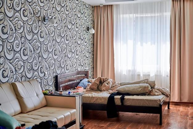 방에 엉망. 무질서한 어수선한 십대 침실.