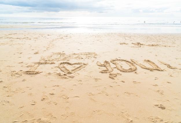Messaggio ti amo sulla sabbia
