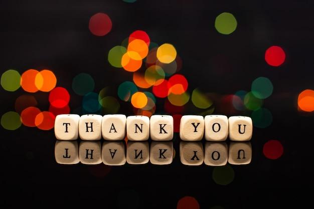 메시지는 나무 큐브로 감사합니다, 나무 블록 감사합니다.