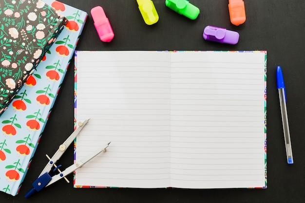 Scrivania scoperta con carta bianca