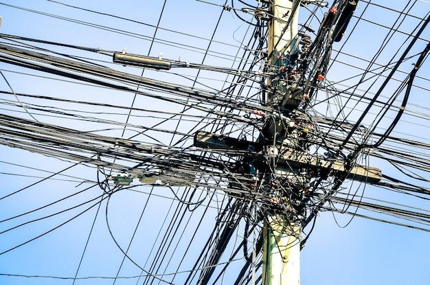 태국의 지저분한 전기 케이블-아시아 도시의 야외에서 발견 된 광섬유 기술 야외