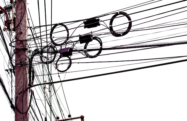厄介な電気ケーブルは、白い背景に