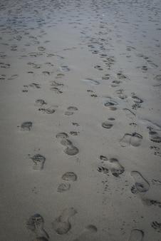 바쁜 하루에 모래에 지저분한 발자국
