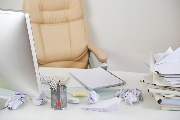 지저분한 사무실 테이블