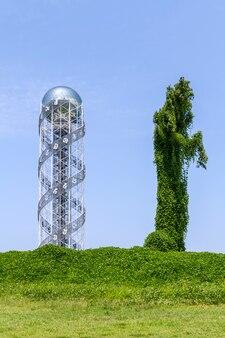緑のフィールドに金属と葉の塔