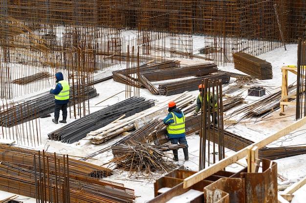 住宅やショッピングセンターの建設の初期段階での金属と鉄筋