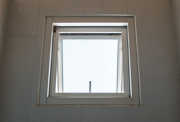 금속 천막 창이 열립니다.