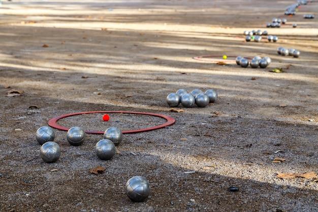 지상 투시도에서 페탕크 또는 불을 위한 금속 공 프랑스에서 인기 있는 거리 게임