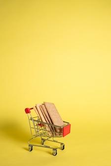 Металлическая корзина с диетическим хлебом на желтом, изолированные с пространством для текста