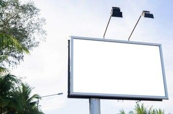 ローカル道路上の金属広告板