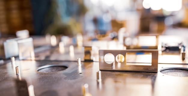 金属板と付属品は、現代の特殊なコンピューターと専門の医療機器の製造中に表面にあります。ハイテク生産のコンセプト