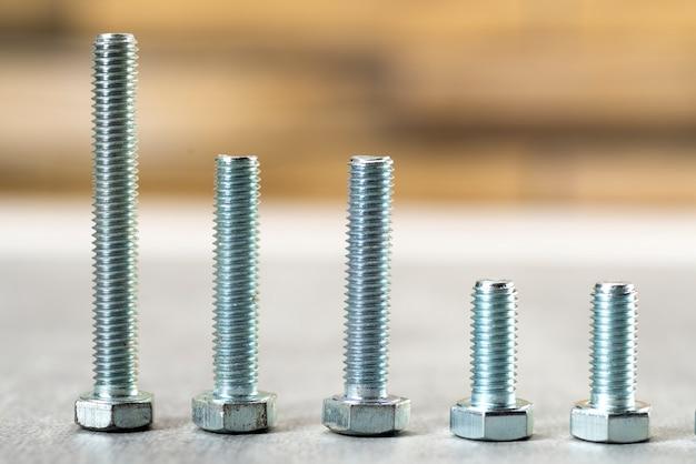 Металлические болты разной длины на столе