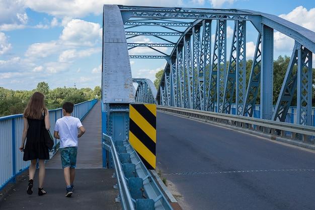 金属橋が川を渡る