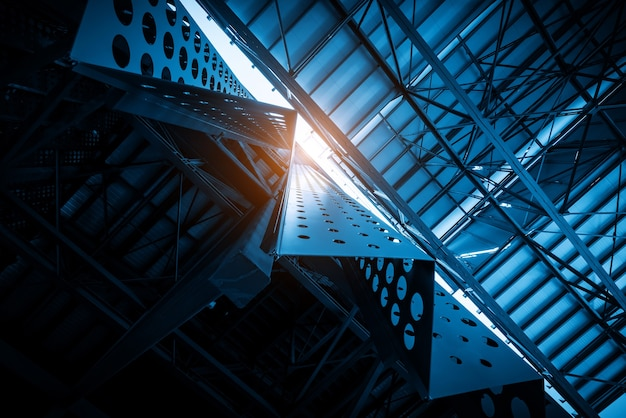 공장 지붕의 금속 건물 구조