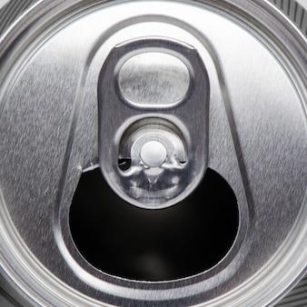 Металлическая банка с пивом или сидром. плоский вид сверху