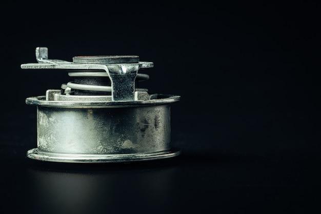 검은 배경에 금속 자동차 엔진 예비 부품, 복사 공간