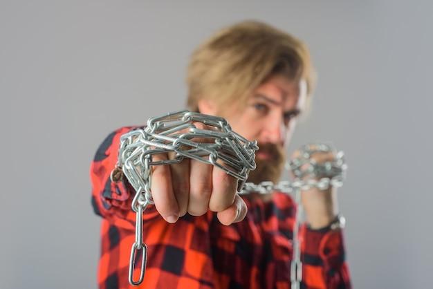 Металлический цепной мужчина с металлической цепью, бородатый мужчина с цепным рабом, серьезный бородатый мужчина с металлической цепью
