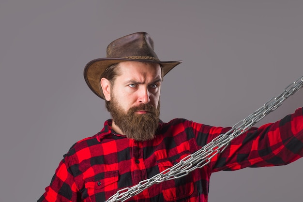 Металлическая цепочка. серьезный бородатый мужчина. человек с металлической цепью. зависимость. свобода. бородатый мужчина с цепью. проблемы с людьми. прорыв.
