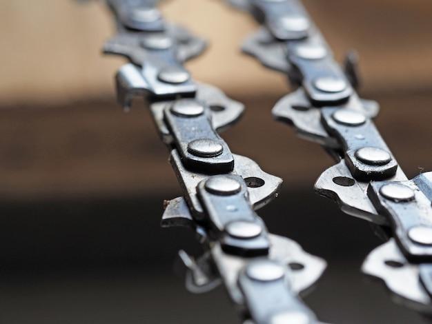 Metal chainsaw chain with sharp teeth