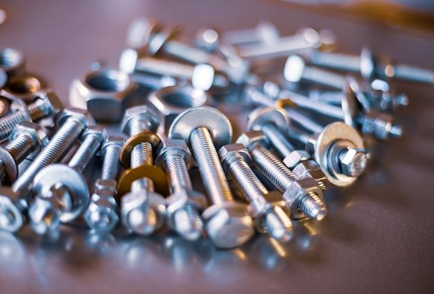 혼란스러운 산업 배경의 금속 크롬 볼트와 너트