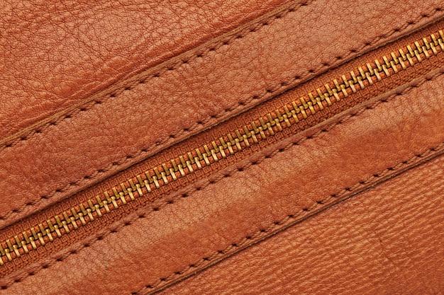 Металлическая закрытая молния на коричневой кожаной сумке