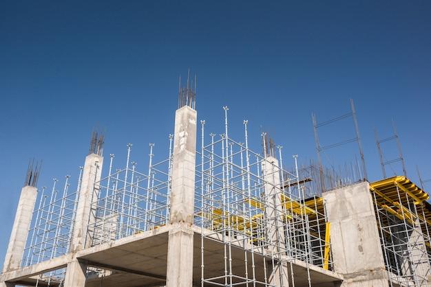 건설 중인 건물의 금속 콘크리트 구조물. 비계 및 지지대. 아래에서 보는 풍경