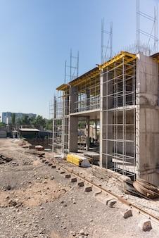 건설 중인 건물의 금속 콘크리트 구조물. 비계 및 지지대.