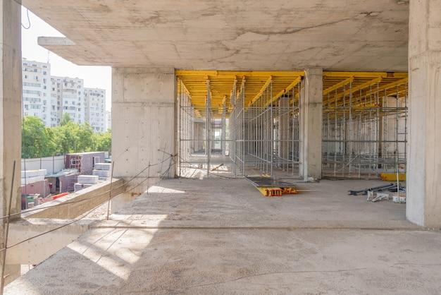 건설 중인 건물의 금속 콘크리트 구조물. 비계 및 지지대