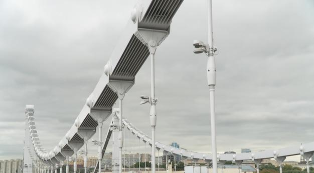 現代の橋の金属構造と固定