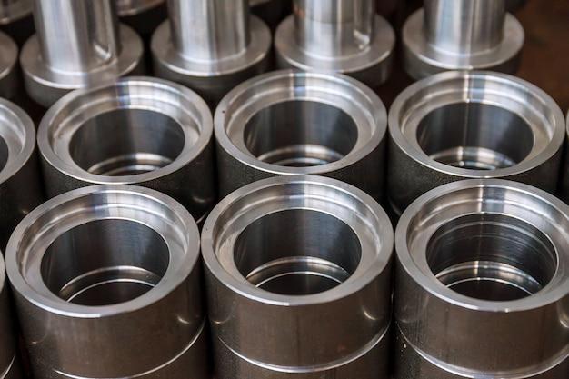 Металлические цилиндрические детали после обработки на современном фрезерном станке с чпу. современные технологии.