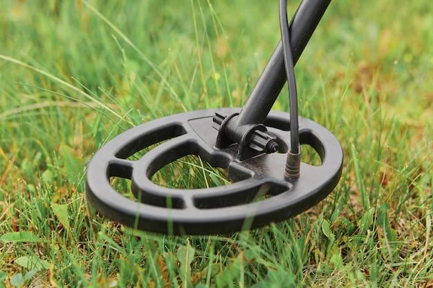 緑の芝生の上の金属探知機コイル