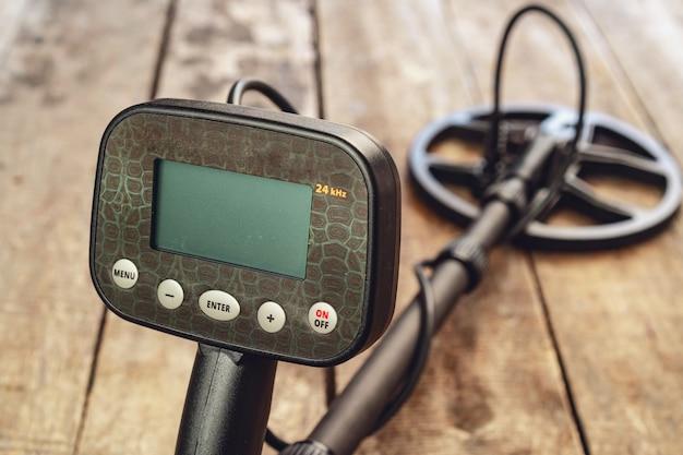 茶色の木板の金属探知機ツールをクローズアップ
