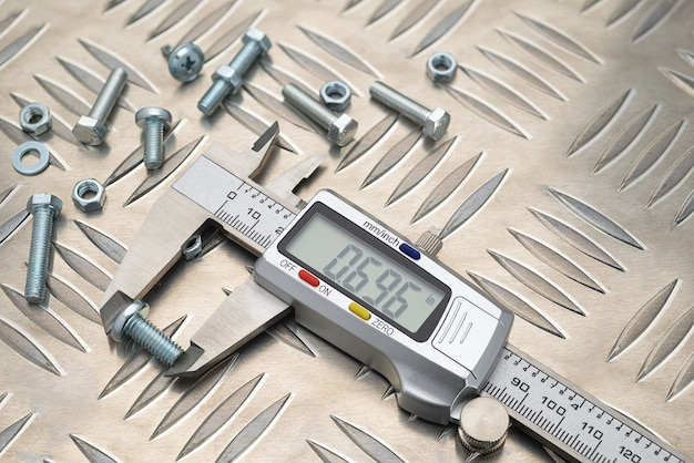 너트와 볼트가 있는 미끄럼 방지 알루미늄 금속판의 금속 디지털 캘리퍼스