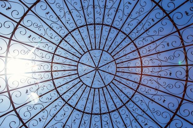 Металлический купол против голубого солнечного неба