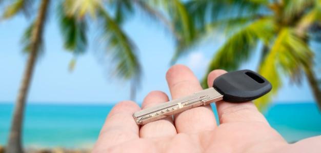 Металлический дверной ключ в мужской руке. продажа и аренда недвижимости.