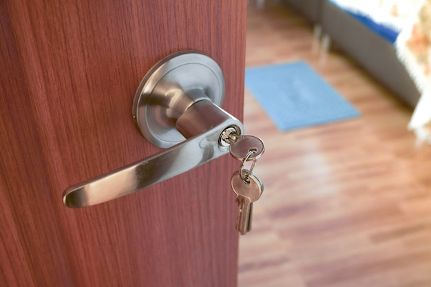 금속 문 손잡이 및 키 근접 촬영, 침실 인테리어 문 손잡이