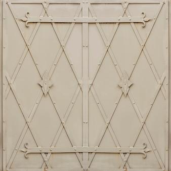 灰色に塗られた金属製のドア