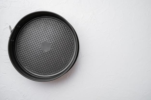 텍스트 또는 음식을 위한 복사 공간이 있는 금속 빈 베이킹 트레이 세트, 텍스트 또는 음식을 위한 복사 공간, 위쪽 뷰 플랫 레이, 흰색 석재 테이블 배경