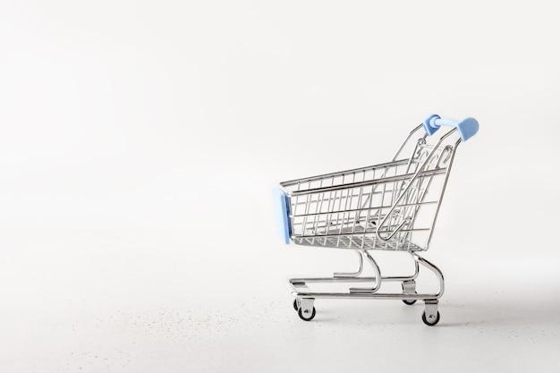 金属製の空のショッピングカート、白のトロリー食料品。