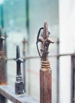 墓地の金属フェンス