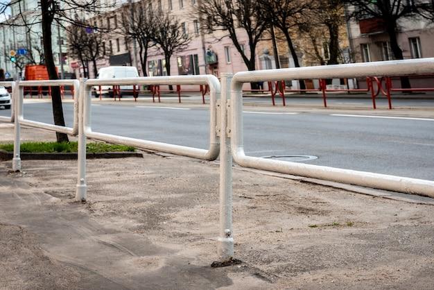 市内の道路からの金属フェンス。