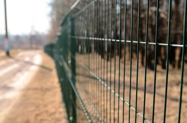 Металлический забор на природе