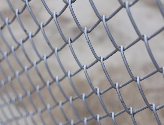 Металлический забор с бетонным фоном