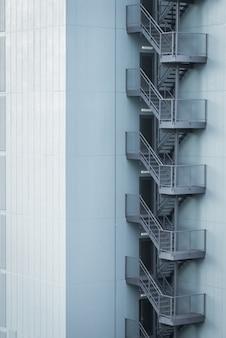 Металлическая пожарная лестница снаружи здания.