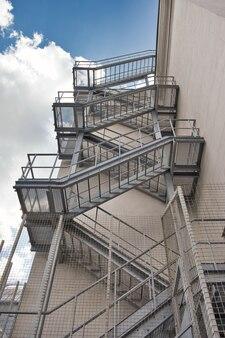 금속 화재 탈출 계단 건설 높은 건물의 야외 측면 pompier 사다리 대피