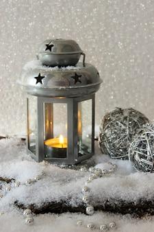 金属の懐中電灯と明るい背景のクリスマスの装飾