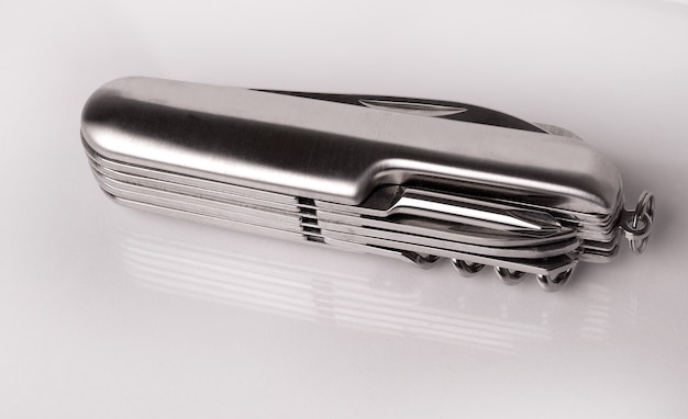흰색 표면에 잘라 금속 접는 주머니칼