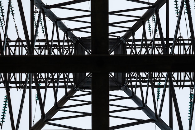 Металлический каркас электрической башни в пасмурную погоду