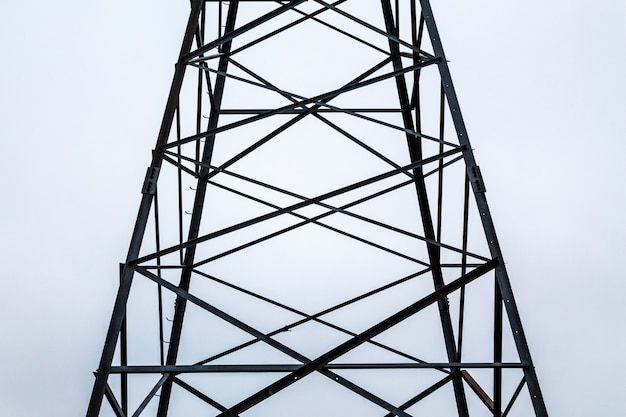 曇りの天候で電気タワーの金属フレーム