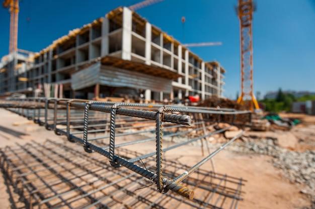 Металлический каркас на строительной площадке с размытым планом